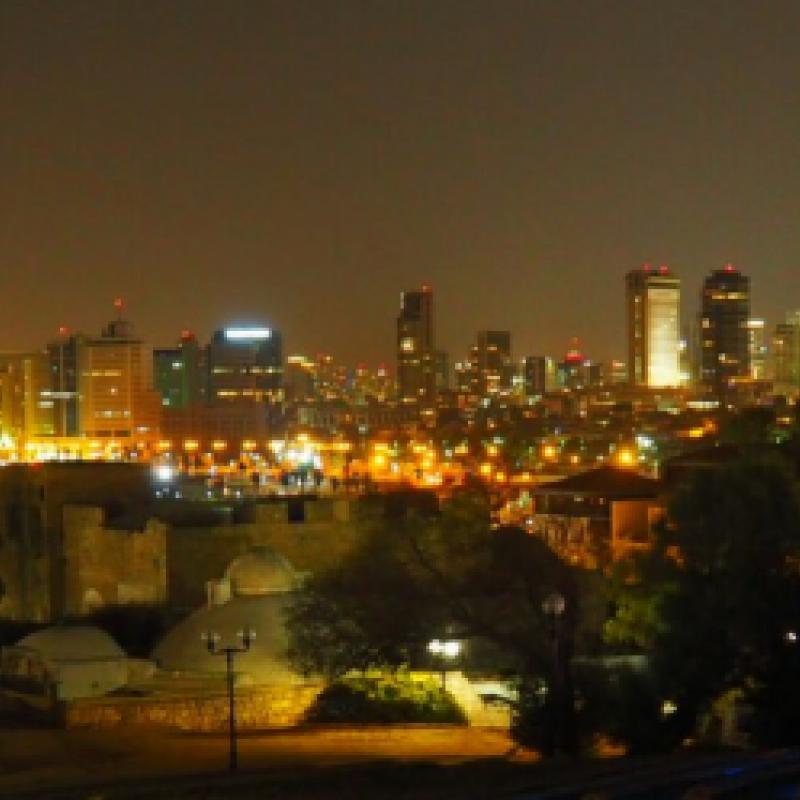 Blick in der Nacht über den Strand von Tel Aviv Richtung Hochhäuser