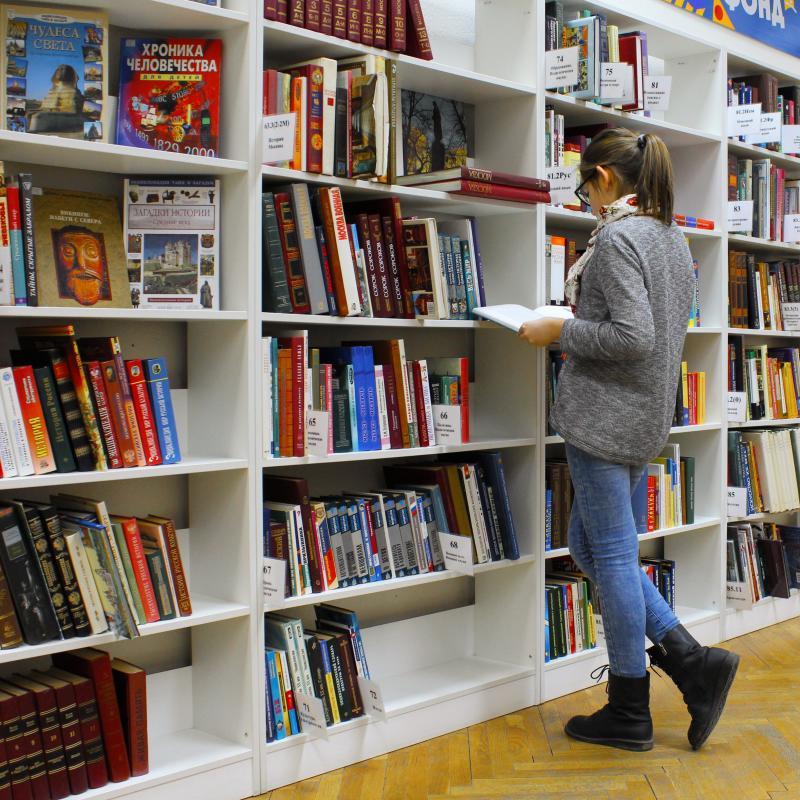 Junge Frau in Bibliothek