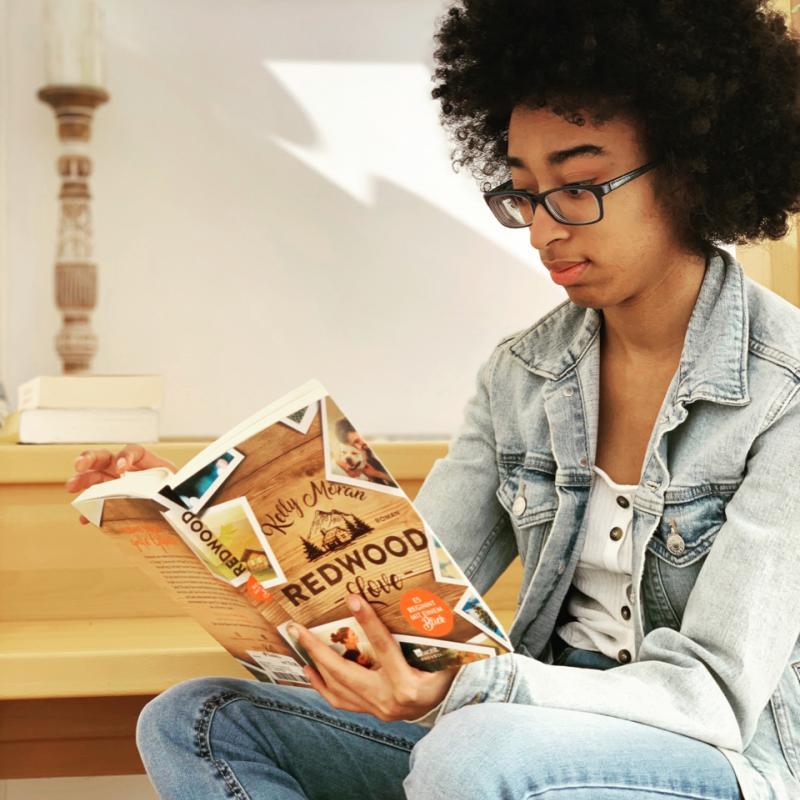 junge Frau liest Buch