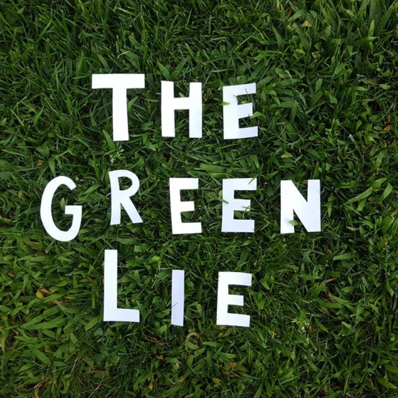 "Schriftzug ""The green lie"" auf Wiese liegend"
