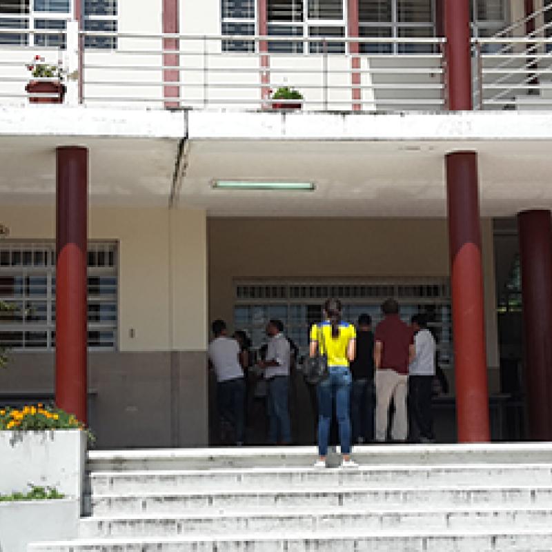 Menschen vor Wahlbüro