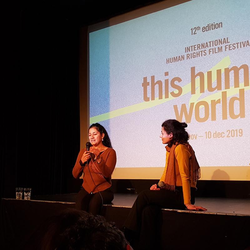 Filmemacherin Cabrera sitzt mit Martina Genetti vor der Leinwand im Kinosaal