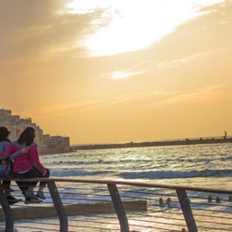 Jugendliche mit Blick aufs Meer und Yafo in Tel Aviv