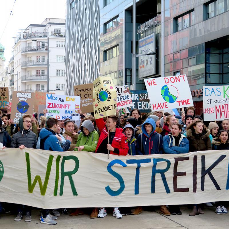 Jugendliche bei der Klimademo in Wien mit Transparenten