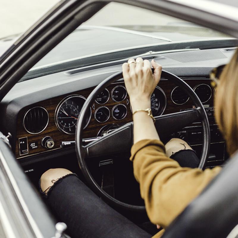 Frau die in einem Auto sitzt und fährt