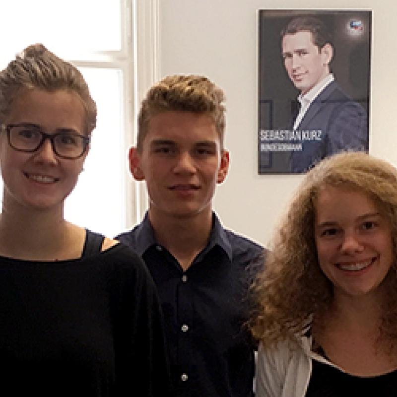Stefan Schnöll und das Youth Reporterinnen-Team