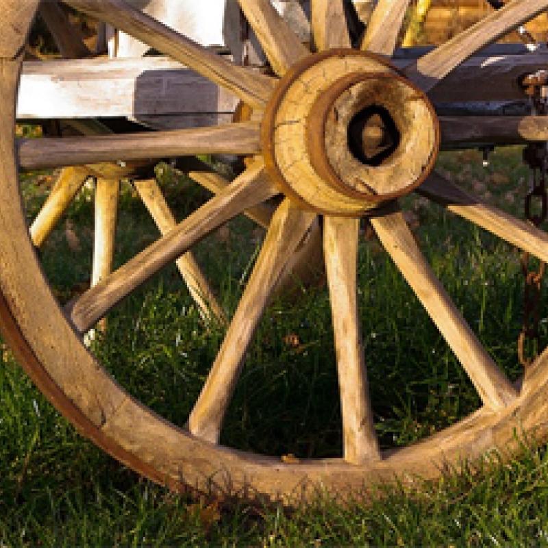 altes Holz-Wagenrad