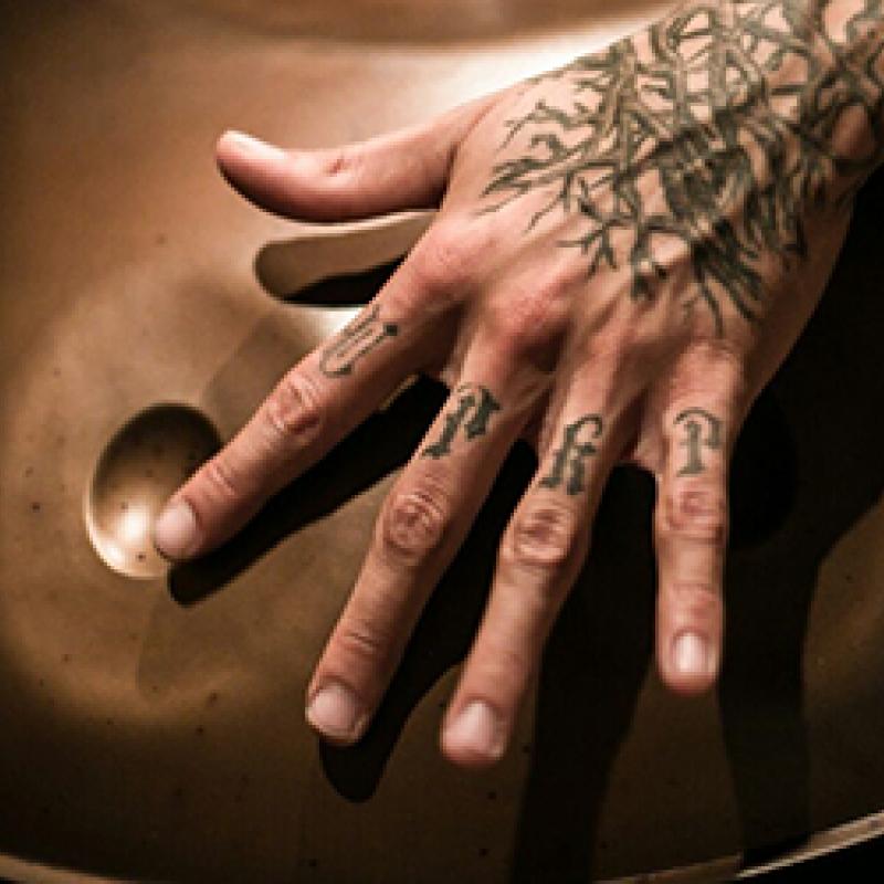 Nahaufnahme Hände beim Handpan spielen