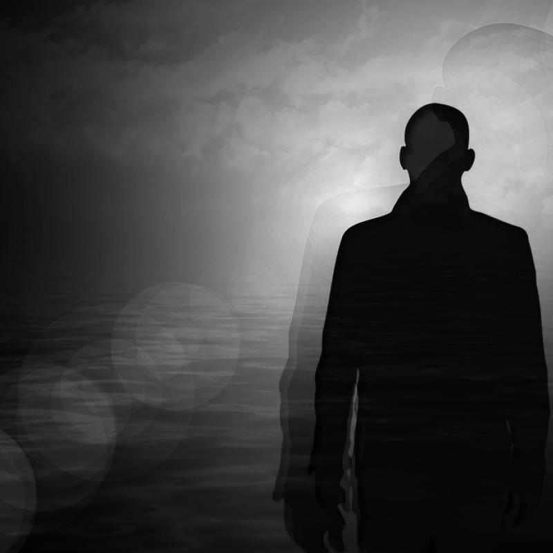 Silhouette eines Mannes in schwarz-Weiß