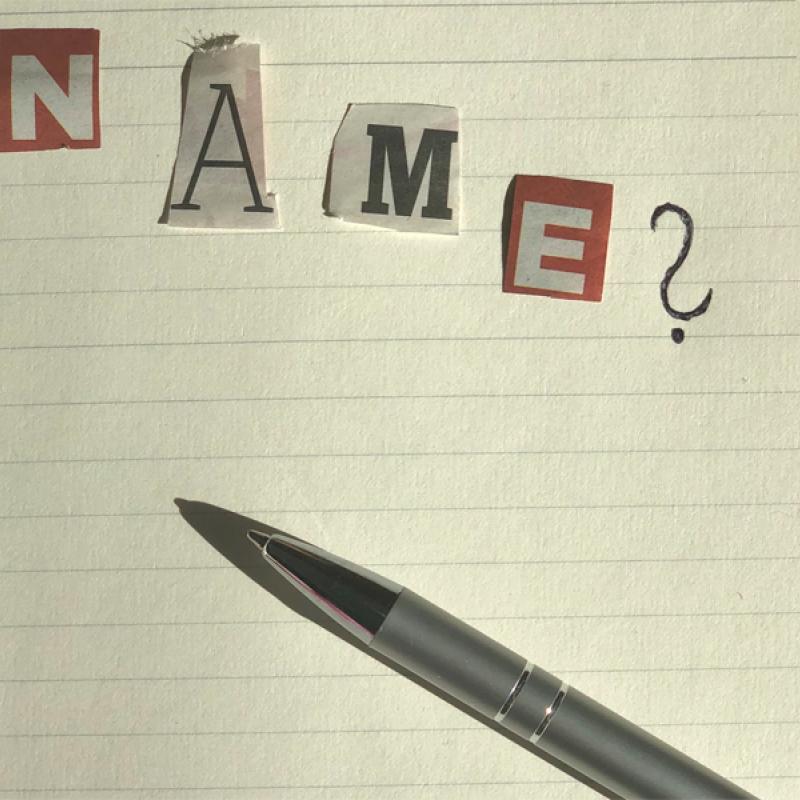 """Zettel auf dem mit ausgerissenen Buchstaben """"Name"""" steht"""