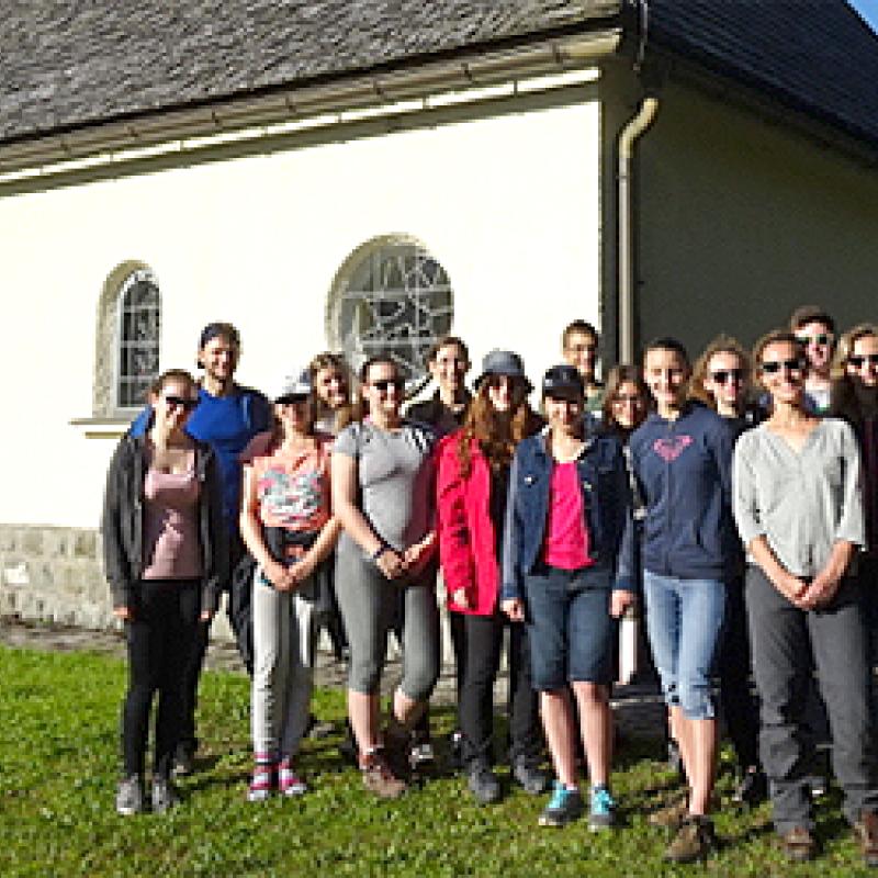 Gruppenfoto beim Wandern vor einer Kirche