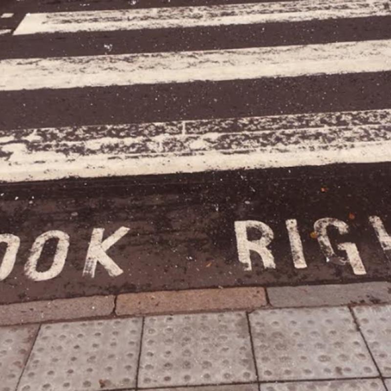 """Zebrastreifen mit Schriftzug """"Look Right"""""""