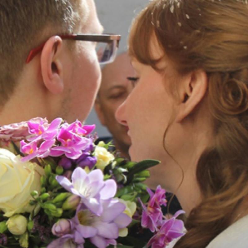 Mann und Frau mit Blumenstrauss
