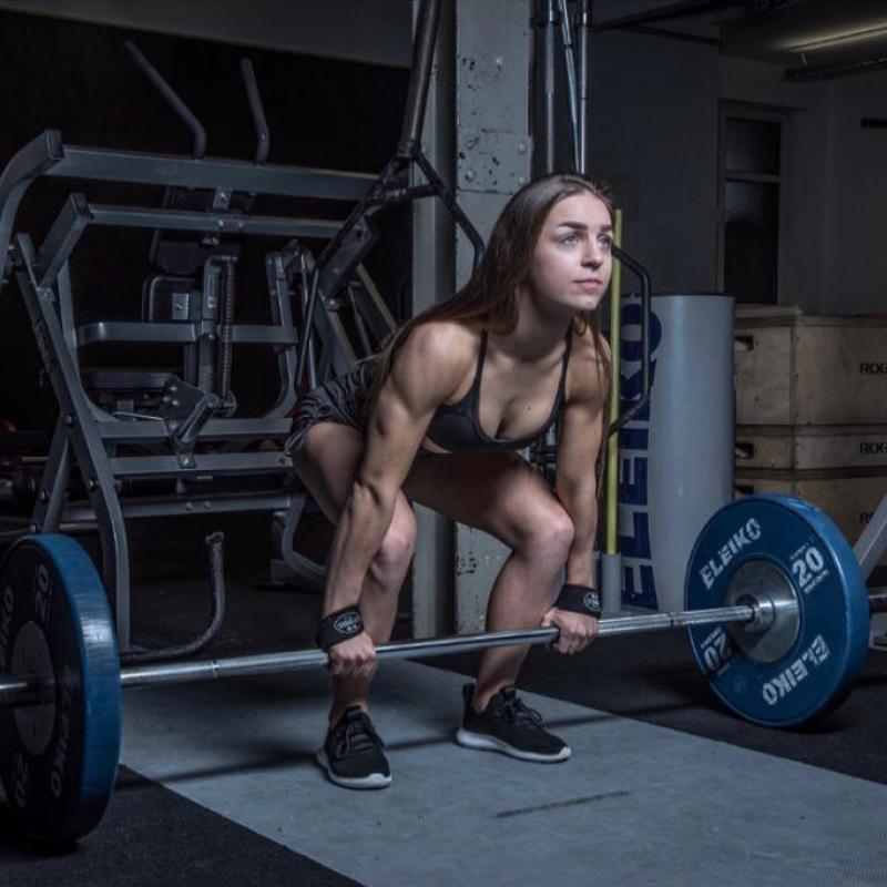 Bodybuilderin Liana Stadler beim Kreuzheben