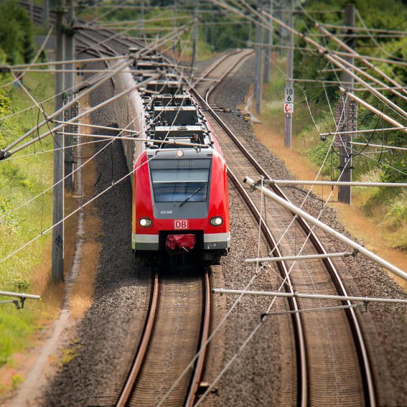 Zug der durch die Landschaft fährt