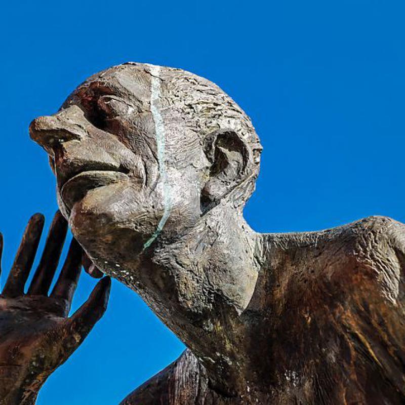 Statue, zuhörend