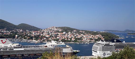 Blick über Dubrovnik und im Vordergrund Kreuzfahrtschiffe