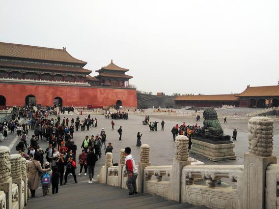 Blick über den Hof eines chinesischen Tempels mit vielen Menschen