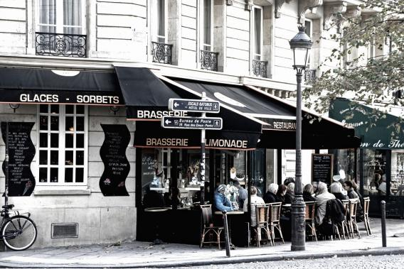 Szene eines Straßencafés in Paris