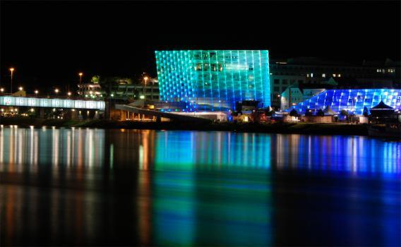 Ars Electronica Center bei Nacht blau beleuchtet