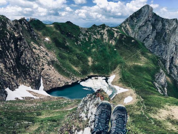 Blick vom Berggipfel hinunter auf einen Bergsee