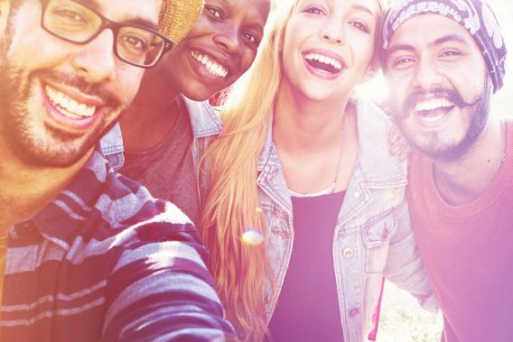 4 Jugendliche lachend