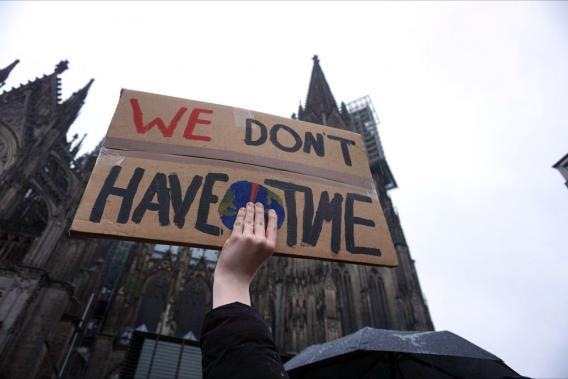 """Hand, die ein Schild mit der Aufschrift """"We don´t have time"""" darauf"""