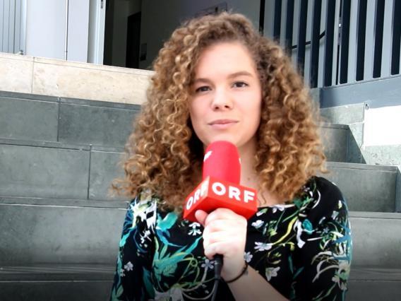 Portraitfoto mit ORF-Mikrofon von Julia Wendy