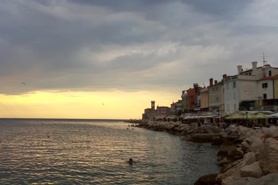 Blick über das Meer zur Altstadt bei Sonnenuntergang