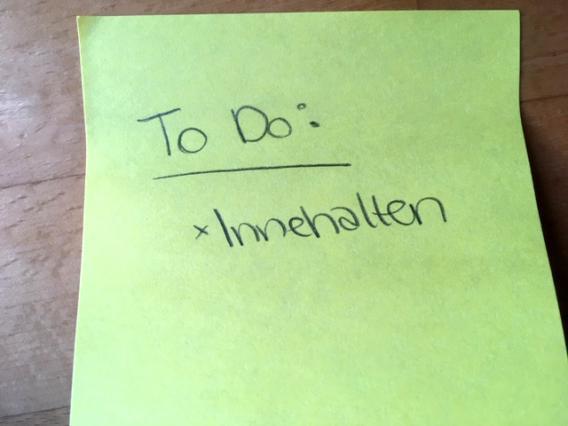gelber Klebezettel mit der Aufschrift To Do: Innehalten