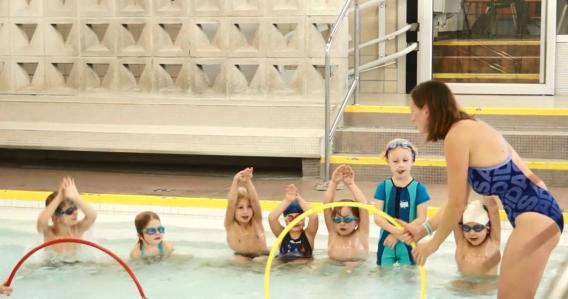 Kinder lernen schwimmen