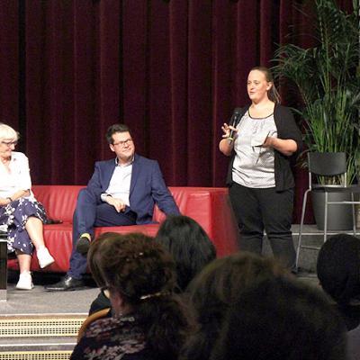 Menschen reden auf der Bühne