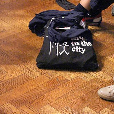 "Tasche mit ""Child in the City"" Aufdruck"