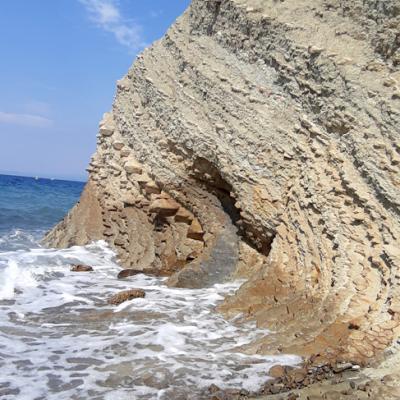 Felsen und Kiesstrand