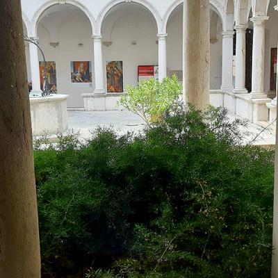 Arkadenhof eines alten Gebäudes