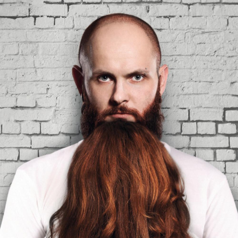 Mann mit Bart, der eigentlich die Haare einer Frau von hinten ist.
