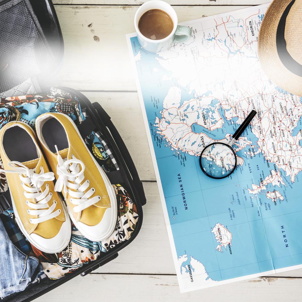 Turnschuhe und Landkarte